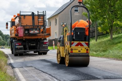 Mitarbeiter der Straßenmeisterei Mühlau beseitigen auf der Ortsdurchfahrt Elsdorf - Staatsstraße 247 - die gröbsten Fahrbahnschäden.