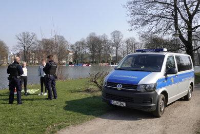 Kontrolle des Chemnitzer Stadtordnungsdienstes am Samstag am Schloßteich.