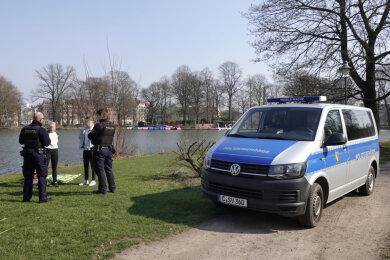 Künftig gelten für Verstöße gegen die Ausgangsbeschränkungen klare Strafen. Ordnungsbehörden, wie hier in Chemnitz, können demnach Verwarngelder von 55 Euro verhängen.