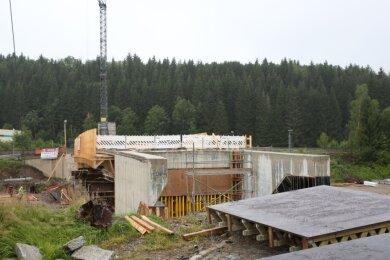 Die Arbeiten an der Pachthausbrücke in Johanngeorgenstadt liegen im Zeitplan. Ende November soll die Verkehrsfreigabe des neuen Bauwerks erfolgen.