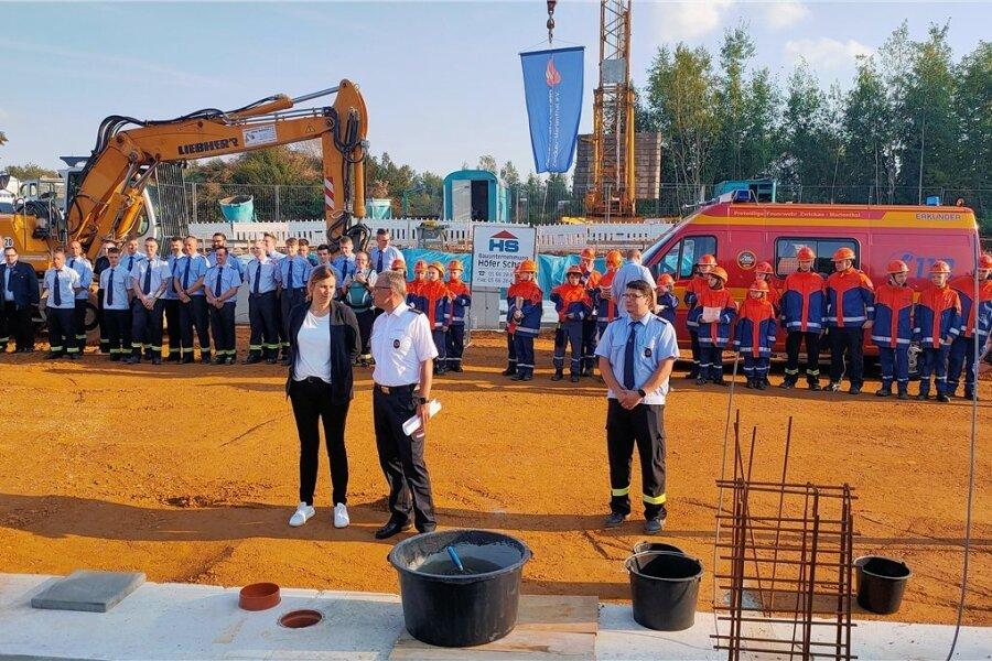 Oberbürgermeisterin Constance Arndt, der Zwickauer Feuerwehrchef Nils Eichhorn Marienthals Wehrleiter Alexander Winkel (von links) bei der Grundsteinlegung für das neue Gerätehaus.