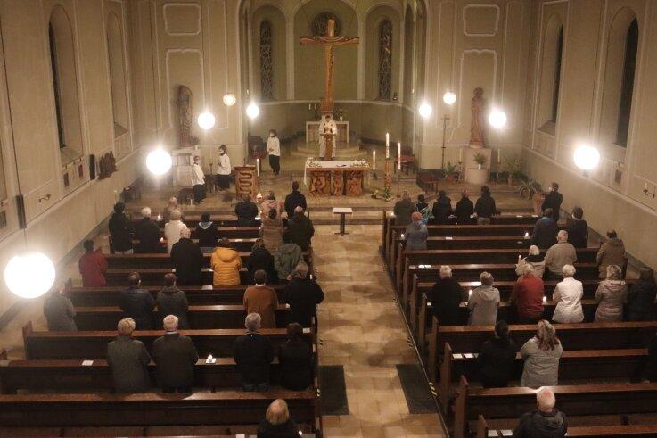 """Die Osternacht in der Katholischen Kirche """"St. Bonifatius"""" in Werdau fand dieses Jahr nur mit 62 statt mit über 150 Christen statt."""