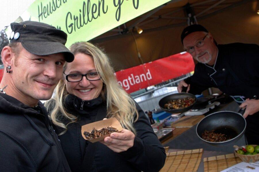 """Diana uns Marcel Hübner aus Rodewisch probierten beim Dschungelcamp-Koch Frank Ochmann """"Krabbelallerlei"""" aus der Insektenküche."""