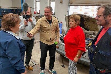 """Überraschung gelungen. Christa Trommer (links) bedankt sich über die MDR-Aktion """"Wünsche werden wahr"""" bei Christa Reiher für 25 Jahre Gästeführungen an der Göltzschtalbrücke. Ausgestrahlt wird der Beitrag im Morgenradio und online. Das MDR-Team Silvio Zschage und Konstantin Henß war am Montag in der Werkstatt von Mike Lötzsch."""