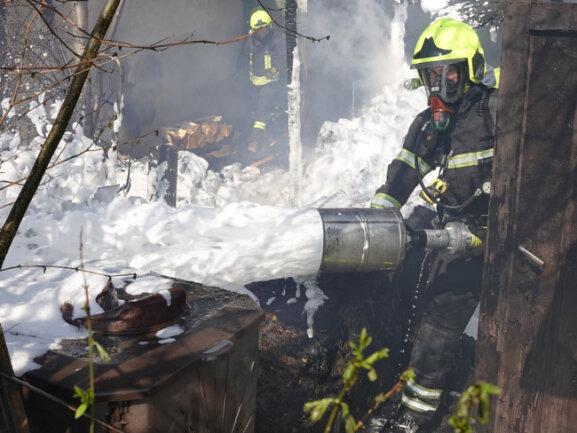 Kräfte der Feuerwehr bekämpften mit Schaum den Brand.