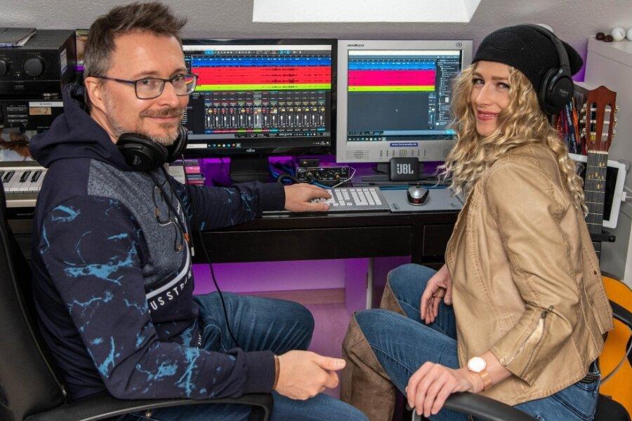 """Stefan Kramer und Antje Zerbes, die als Duo Sookie & Stef unterwegs sind, im Studio in Chursdorf. Im November erschien die Single """"Runaway"""". Es soll ein Guter-Laune-Song sein, der das Gefühl des Eingesperrtseins in Pandemiezeiten aufgreift."""