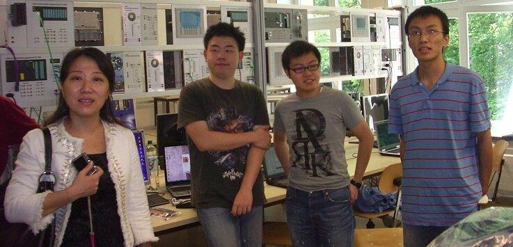 """<p class=""""artikelinhalt"""">Heiß aufs Studium in Mittelsachsen: Yan Wang (r.) vom Auslandsamt der Universität Changzhou mit Studenten im Labor für Automatisierungstechnik an der Hochschule Mittweida. </p>"""
