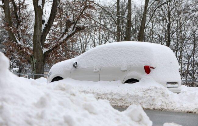 Überall in der Region sieht man zugeschneite Autos - wie hier in Hohenstein-Ernstthal.
