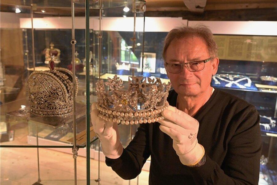 In der Knochenstampfe in Dorfchemnitz sind immer wieder besondere Ausstellung zu sehen, so wie zuletzt zu den Kronjuwelen europäischer Königshäuser. Auf dem Foto zeigt Museumsleiter Jürgen Zabel eine Kopie der Krone von Königin Elizabeth II.