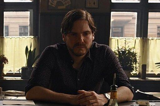 """Daniel Brühl in einer Szene aus seinem Film """"Nebenan"""". Das Regiedebüt des Schauspielers gehört zu den Wettbewerbsfilmen der Berlinale 2021. In den Film spielt er einen angehenden Schauspielstar mit Vornamen """"Daniel""""."""