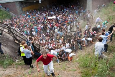Tausende Raver drängen sich auf der Loveparade in und vor dem Tunnel, in dem sich eine Massenpanik ereignet hat.