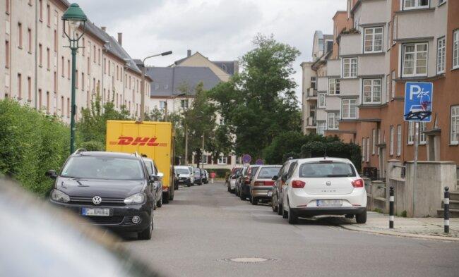 Dieses Bild wird es bald nicht mehr geben: Zu beiden Seiten der Erich-Mühsam-Straße parken Autos. Der Abschnitt der Straße wird von der Einmündung Walter-Oertel-Straße in Richtung Henriettenstraße als Einbahnstraße ausgewiesen, links darf dann nicht mehr geparkt werden.