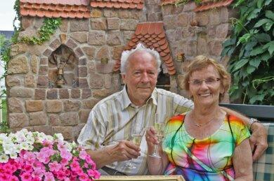 Ilse und Johannes Riedel - hier vor ihrem Grillplatz mit der Burg Schönfels - feiern heute ihr 65. Ehejubiläum. Das Hochzeitsfoto halten sie in Ehren.