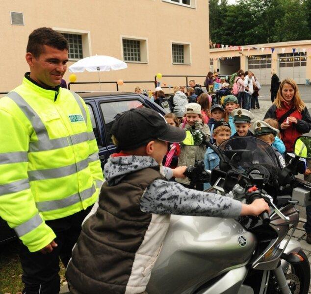 """<p class=""""artikelinhalt"""">Aus Karlovy Vary (Karlsbad) in Tschechien brachte Milan Rybka (links) eine 100 PS starke Yamaha mit, die der Verfolgung von Verkehrssündern dient.</p>"""