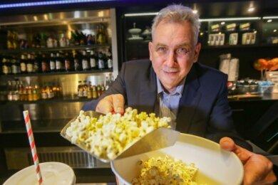 Bernd Karnatz vom Cinestar Chemnitz in der Galerie Roter Turm und freut sich, dass der Kinobetrieb wieder anläuft. Der beliebteste Snack seiner Gäste beim Filmgenuss ist keine Überraschung: süßes Popcorn.