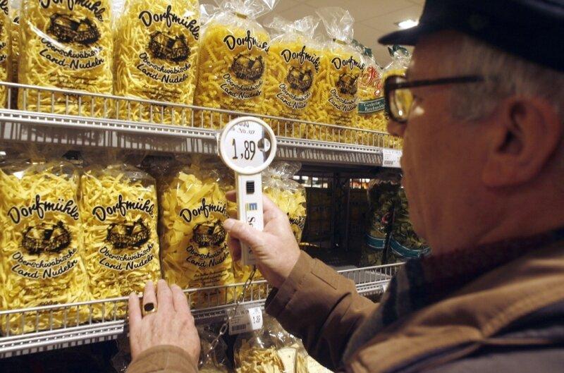 Ein Pluspunkt in immer mehr Supermärkten: die Leselupe für ältere Menschen.