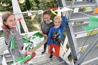 Die Kinder Soraya Wichlacz, Elisa Herold und Dario Wichlacz aus Adorf und Remtengrün hatten den neuen Aussichtsturm von oben bis unten mit bunten Wimpelketten geschmückt.