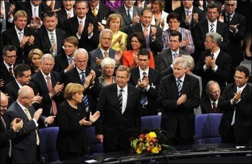 Blamage für die schwarz-gelbe Koalition: Christian Wulff ist erst im dritten Wahlgang zum Bundespräsidenten gewählt worden. Wulff ist der zehnte Präsident der Bundesrepublik Deutschland und folgt Horst Köhler, der überraschend zurückgetreten war.