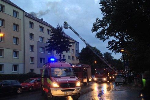 Chemnitz: Blitz schlägt in Haus ein - Dachstuhl in Flammen