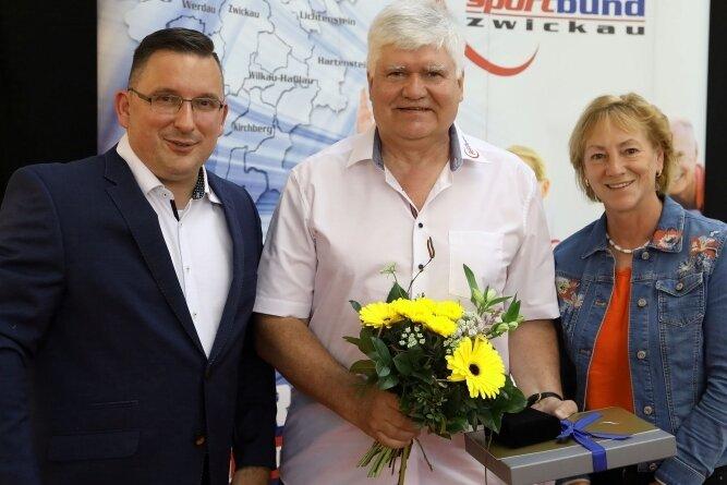 Zum Abschied aus dem Präsidium des Kreissportbundes wurde Werner Beuschel (Mitte) vom SV Zwickau 04 mit der Ehrenplakette des Landessportbundes (LSB) Sachsen geehrt. Die höchste Auszeichnung des Verbandes überreichten ihm Jens Juraschka, Präsident des Kreissportbundes, und LSB-Vizepräsidenten Angela Geyer.