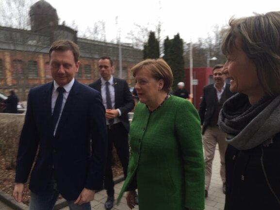 Angela Merkel gemeinsam mit Ministerpräsident Michael Kretschmer (CDU) und Oberbürgermeisterin Barbara Ludwig (SPD) am Eingang der Hartmannhalle.
