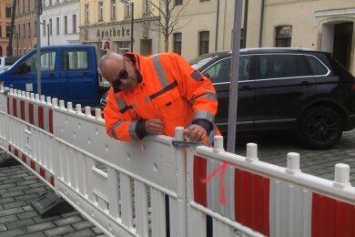 Kurz vor der Verkehrsfreigabe kontrollierte Bauleiter Thomas Schmidt vom Hoch- und Tiefbau Reichenbach am Freitag die ordnungsmäßige Befestigung der Parkplatzabsperrungen. Auf dem Solbrigplatz gibt es jetzt 21 Pkw-Stellplätze, zwei für Behinderte sowie acht Motorrad Parkflächen.