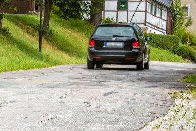 Bodenwellen, viele Flicken: Der 1,8 Kilometer lange obere Abschnitt der Hallbacher Straße im Olbernhauer Ortsteil Hallbach befindet sich in einem schlechten Zustand.
