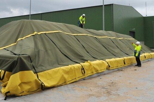 """<p class=""""artikelinhalt"""">In den Gore-Mieten, unter einer Abdeckung, wird das Substrat aus der neuen Biogasanlage (im Hintergrund) kompostiert werden. </p>"""