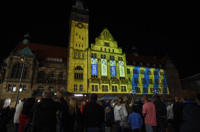 Lichtspektakel zum 875. der Stadt: Das Rathaus in bunten Farben.