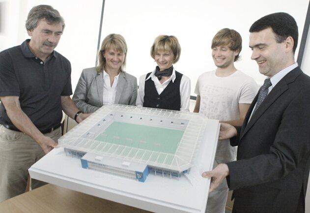 Trainer Gerd Schädlich, GGG-Chefin Simone Kalew, OB Barbara Ludwig, Spieler Benjamin Förster und CFC-Vorstandschef Mathias Hänel begutachten das Stadion-Modell.
