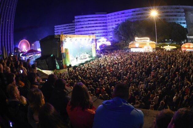 Tausende drängten sich am Samstagabend vor der Bühne auf der Brückenstraße.