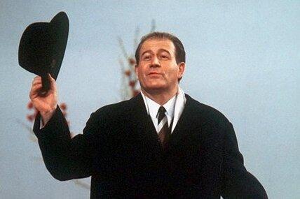 """Seinen Abgang inszenierte er stets in Hut und Mantel: Der Showmaster und Schauspieler Hans-Joachim Kulenkampff im Jahr 1968 in der Quiz-Sendung """"Einer wird gewinnen""""."""