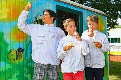 Filip Micic, Vitus Quadflieg und Lukas Tresch (von links) von der AG Imker prüfen den Honig auf Geschmack und Aussehen.