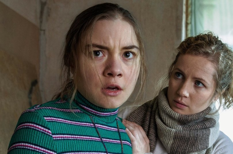 Kommissarin Leonie Winkler (Cornelia Gröschel) tröstet Talia (Hannah Schiller), die vor Angst erstarrt ist.