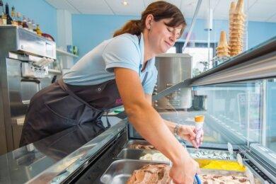 Hat mit ihren Mitarbeitern reichlich zu tun: Betriebsleiterin Rebecca Seltmann. Die Eismanufaktur Neukirchen ist seit dem 8. August geöffnet.