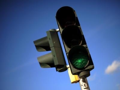 Auch wenn die Ampel grün zeigt: Staut sich der Verkehr, bleiben Autofahrer besser stehen und warten ab, bis die Kreuzung wieder frei ist.