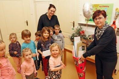 """Die Kinder des """"Zwergenlandes"""" und Nachfolgerin Janine Neubauer verabschiedeten Petra Dietz am Donnerstag mit einer Zuckertüte."""