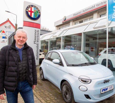 Thomas Dasinger ist ein Urgestein in der vogtländischen Autobranche. Nach dem Verlust seines Seat-Vertrages macht er nebenan mit seiner Mannschaft in der Plauener Automobilvertriebs GmbH unverdrossen weiter.