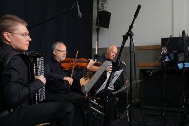 """Alex Batow, Peter Kostadinow und Bernd Zabel (von links) als Tango-Trio International bei Aufnahmen für denAuftritt bei der Online-Sendung """"Weltmeister Wednesdays""""."""