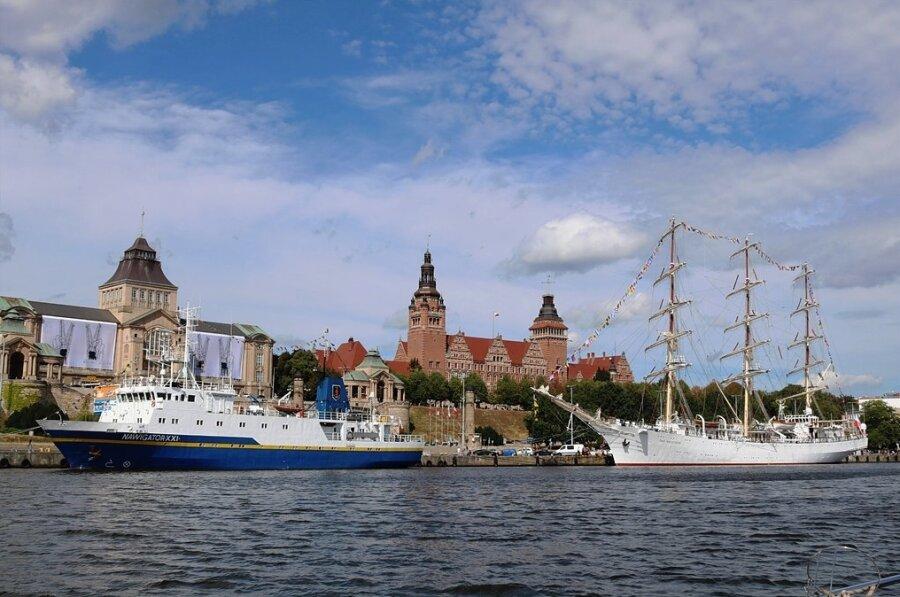 Bei Bootsfahrten auf der Oder gibt es den Blick auf die Stettiner Hakenterrasse mit Nationalmuseum (links) und Wojwodschaftsamt.