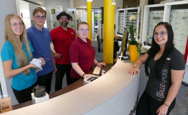 Danny Jahnke (hinten) - hier bei einem kurzen Abstecher an seine Arbeitsstätte - weiß die Zschopauer Filiale bei Luisa Steinert, Niklas Seifert, Louisa Rau und Josephine Ihle (von links) in guten Händen.