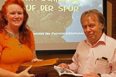 Gastgeber Harald Lasch freut sich, dass Annett Friedrich wieder dabei ist. Sie berichtet über die Palmenblätterbibliothek in Indien.