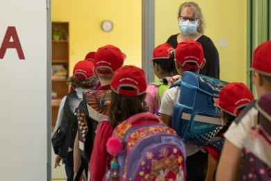 """Klassenlehrerin Josephin Reichel begrüßte am Montag die Klasse 1a in der Grundschule """"An der Riesenburg"""" in Annaberg."""