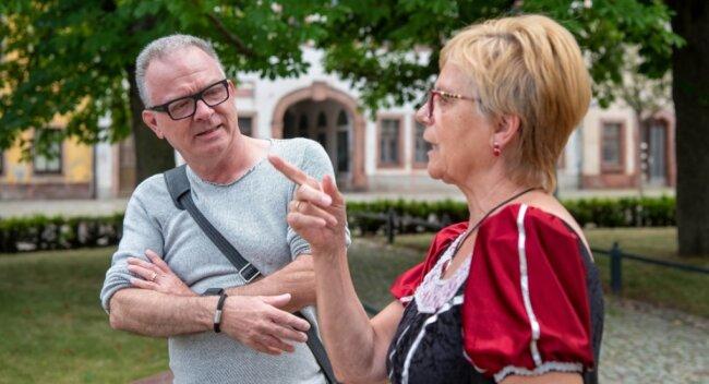 Der Journalist Georg Rose, Chefredakteur von Radio Wuppertal, hört Stadtführerin Elly Martinek, verkleidet als Elisabeth von Rochlitz, gebannt zu.