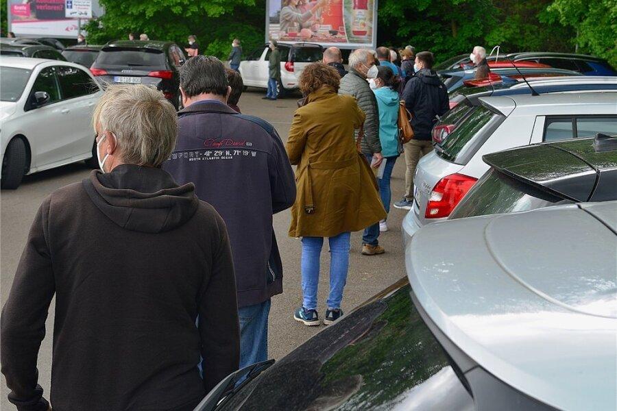 Die Warteschlange nach Computerproblemen im Impfzentrum reichte über den gesamten Parkplatz bis zur Schillerstraße. Foto: Falk Bernhardt