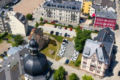 Die Lücke zwischen Superintendentur (rechts unten) und dem maroden Eckhaus (hinter der Kirchturmspitze) ist Gegenstand des Projektes. Ein Konzept sollte das gesamte Karree betrachten, sagen Architekten.