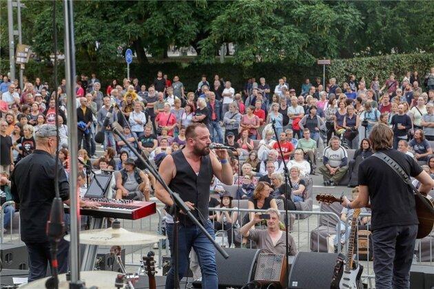 Sänger Robert Gläser (Mitte), Sohn des DDR-Musikers Peter Gläser, gestaltete mit seiner Band einen Teil des Konzerts an der Brückenstraße.