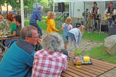 Rocco Löser (links) und Marc Tyson aus Schlettau gastierten am Mittwochabend im Biergarten der Erdbeerschänke in Leubnitz-Forst.
