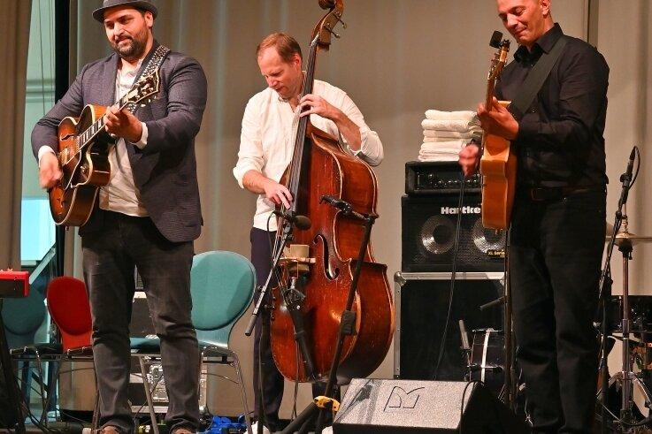 Giovanni Weiss, Felix Behrendt und Janko Lauenberger (von links) beim furiosen Abschluss des Sinti-Jazz-Konzerts im Kraftwerk.