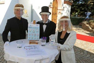 Tino Taubert (l.) und Vivienne Leis mit dem Hygienebeauftragten Norbert Kallweit.